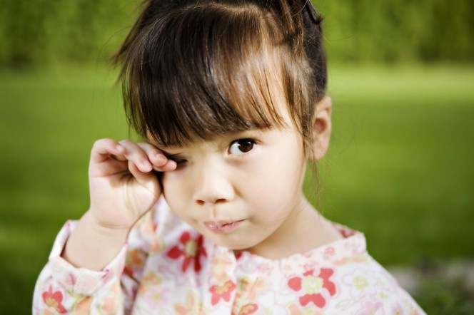 малыш часто трет глазки сказал